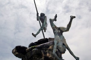 Escultura_de_Bentejuí_y_Tazarte_saltando_del_roque_de_Ansite_antes_de_ser_apresados_por_los_conquistadores.